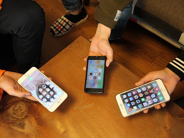 話を聞かせてもらったのは、スマホ歴5~6年の若者たち。ホーム画面にある様々なアプリを自由に使いこなしている印象が強かった