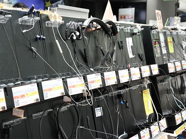 店舗内に1つのコーナーが設置されるほど、製品ラインナップが増えたBluetoothイヤホン。iPhone 7のイヤホンジャック廃止だけでなく、ケーブルのわずらわしさを解消してくれる製品として、今後購入する人は増えるだろう