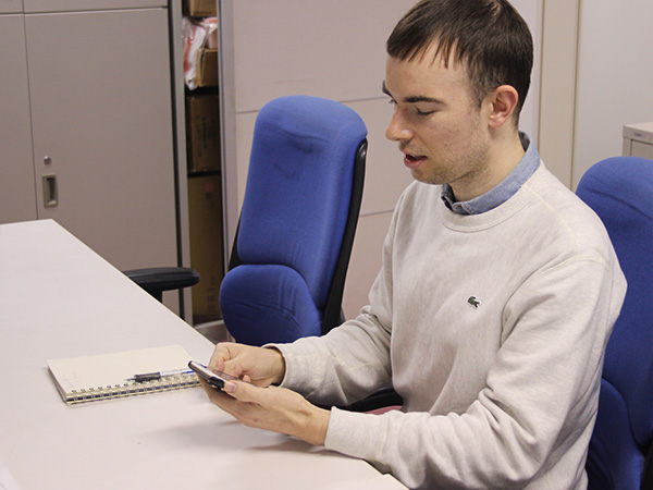 ロンドンの北側に隣接するハートフォードシャー州出身のジェームズさん。海外で流行しているという1人から参加できるグループ旅行を提供するTopdeckTravelのPR担当。ツアーごとに参加者に用意されるアプリ「Topdeck」には、チャット機能やプロフィール検索機能などがあり、旅行前からグループ間でのコミュニケーションが可能だ
