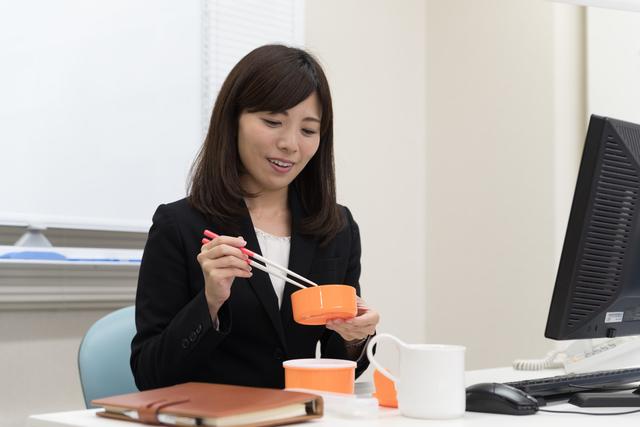 社内でお弁当を食べる女性は家庭的? 写真:さわだ ゆたか/PIXTA(ピクスタ)