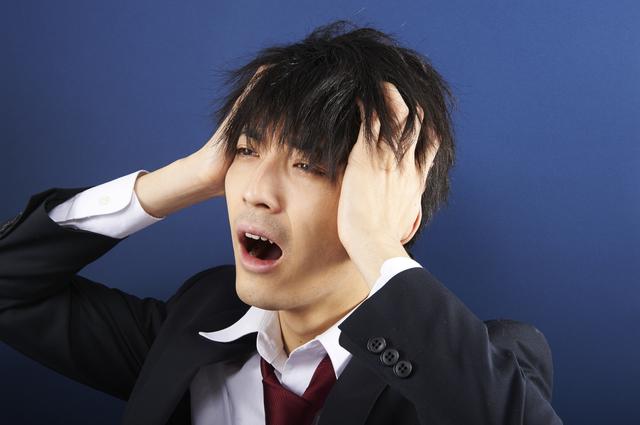 ボサボサな髪や無精髭はNG 写真:つむぎ/PIXTA(ピクスタ)
