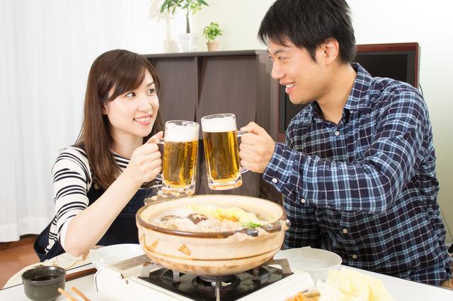 こたつで鍋、食べ過ぎ飲み過ぎには要注意 写真:polkadot/PIXTA(ピクスタ)