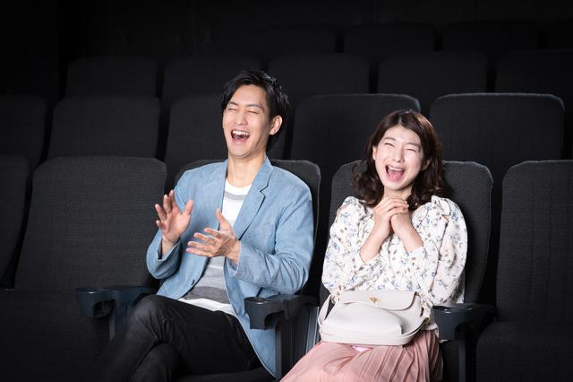 お互いに好きな映画で笑えたら相性はバッチリ? 写真:xiangtao/PIXTA(ピクスタ)