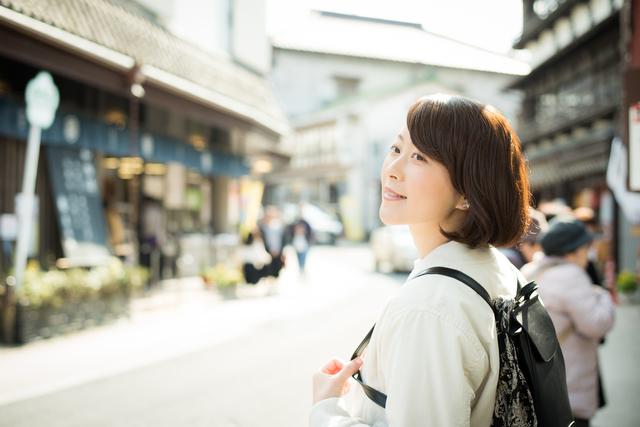 旅先で買い物する女性…彼氏は別行動?